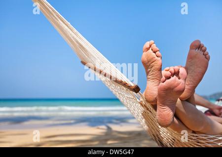 Couple en hamac sur la plage Banque D'Images