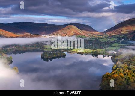 Mist burns depuis le lac Grasmere en début de matinée, Lake District, Cumbria, Angleterre. L'automne (octobre) 2012.