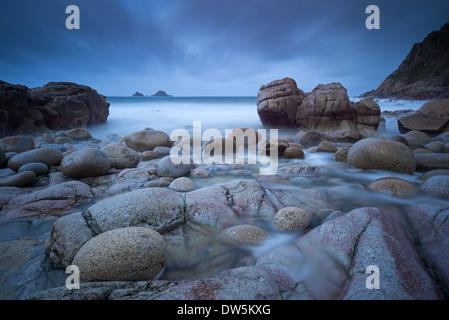 Soirée orageuse à Porth Nanven à Cornwall, en Angleterre. Hiver (décembre) 2012. Banque D'Images