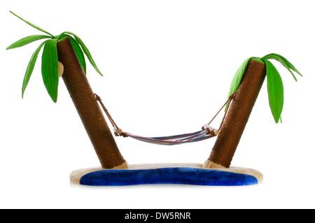 Lit de chat avec griffoir - hamac entre deux palmiers sur fond blanc Banque D'Images