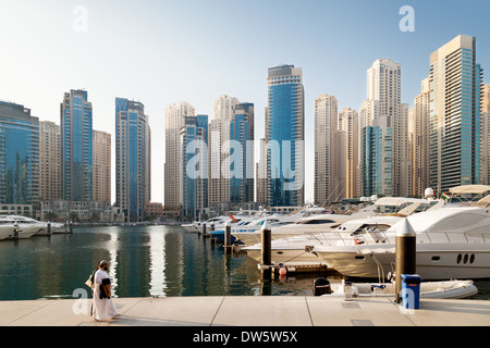 Un arabe en train de marcher dans la Marina de Dubaï, le Dubai Jumeirah, Tours gratte-ciel et skyline, ÉMIRATS ARABES Banque D'Images