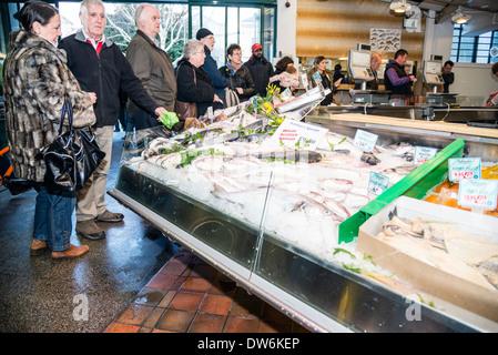 Ashton's fish stall marché couvert de Cardiff, Pays de Galles, Royaume-Uni. Banque D'Images