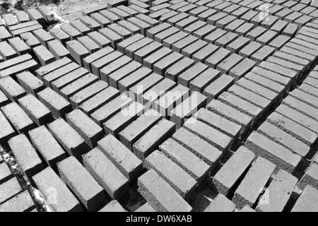 Blocs de béton fabriqués localement, Jagat, au Népal. Banque D'Images