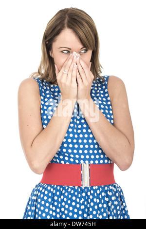 Choqué jeune femme portant robe à pois bleu Banque D'Images