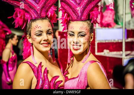 Sitges, Espagne. 2 mars 2014: au cours de la danse des fêtards parade de dimanche du Carnaval à Sitges: Crédit Banque D'Images
