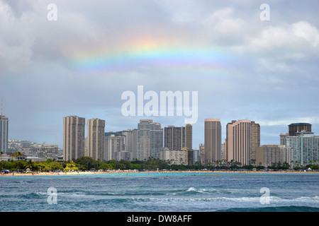 Arc-en-ciel sur la ville d'Honolulu, Oahu, Hawaii, USA Banque D'Images