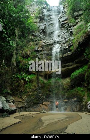 Réserve naturelle d'Oribi Gorge, KwaZulu-Natal, Afrique du Sud, paysage, young adult man standing under Waterfall, Banque D'Images