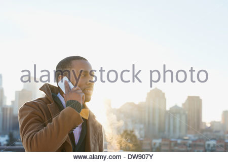 L'homme à l'aide de smart phone outdoors Banque D'Images