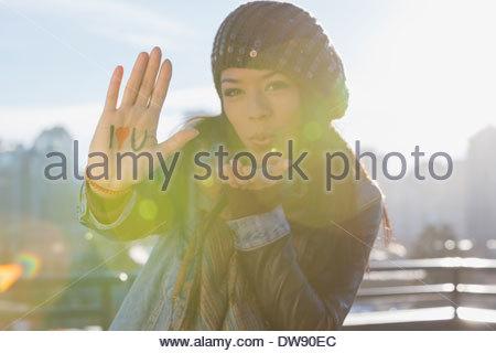 Femme montrant je Vous aime baiser en plein air de soufflage et signe Banque D'Images