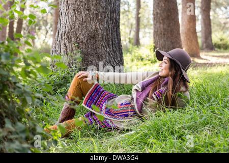 Portrait de jeune femme en forêt, smiling Banque D'Images