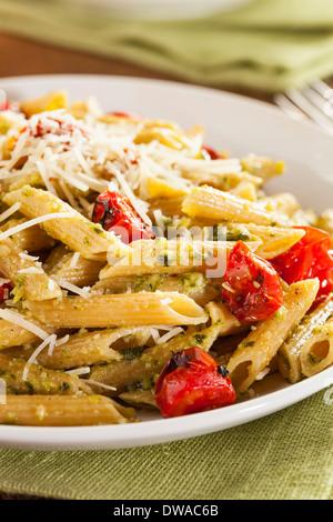 La lumière des pâtes au pesto avec le parmesan et tomates Banque D'Images