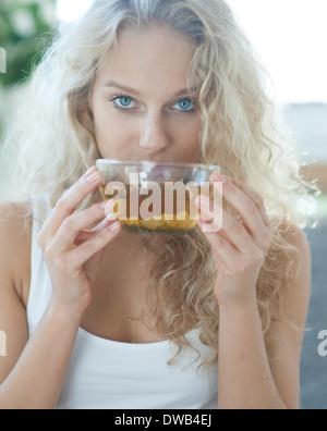 Portrait de jeune femme à boire le thé de fines herbes Banque D'Images