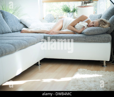 Woman sleeping on sofa at home Banque D'Images