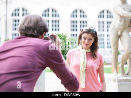 Vue arrière du bâtiment man photographing woman against