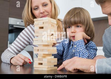 Famille jouant avec des blocs de bois à la maison Banque D'Images