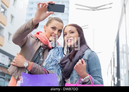 Femme libre de prendre des photos via téléphone mobile Banque D'Images