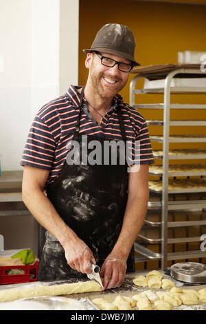 Découpage en pâte mâle baker bakery Banque D'Images