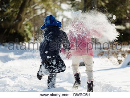 Deux enfants courir dans la neige Banque D'Images