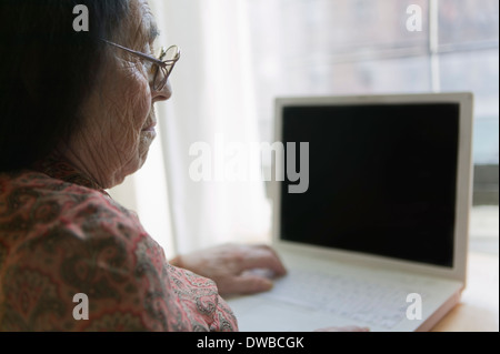 Senior woman using laptop Banque D'Images