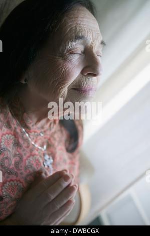 Hauts femme en prière Banque D'Images