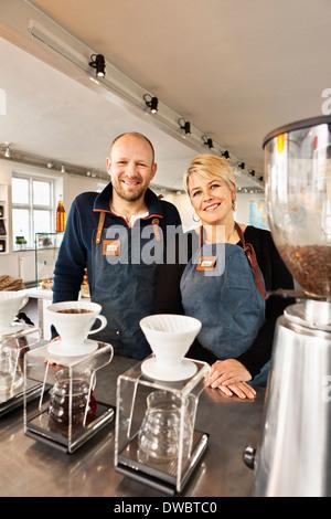 Portrait of mature couple in kitchen Banque D'Images
