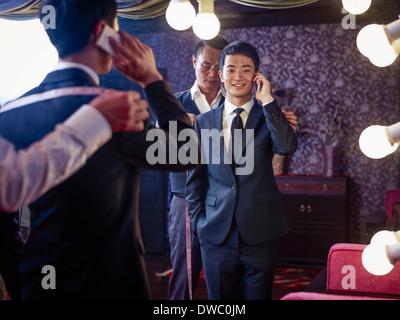 Jeune homme essayant sur costume dans l'tailors shop traditionnels Banque D'Images