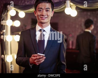 Portrait de jeune homme dans le nouveau costume traditionnel de tailors shop Banque D'Images