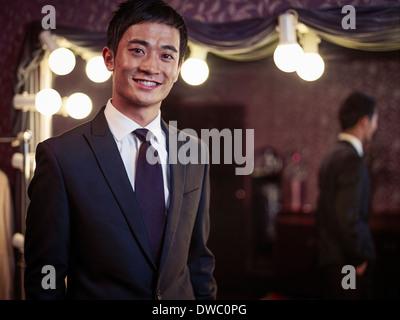 Certain jeune homme de nouveau costume traditionnel de tailors shop Banque D'Images