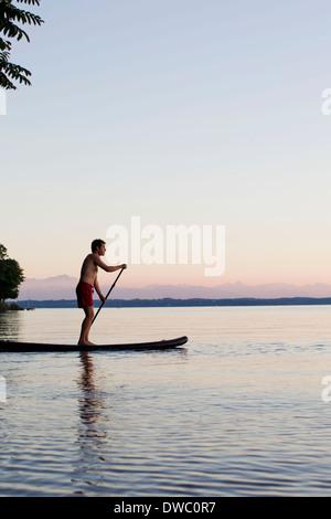 Homme mûr en barque sur le Lac de Starnberg, en Bavière, Allemagne Banque D'Images