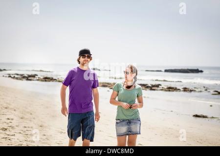 Jeune couple walking on beach, Laguna Beach, Californie, USA Banque D'Images