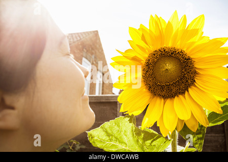 Close up of young woman et tournesol