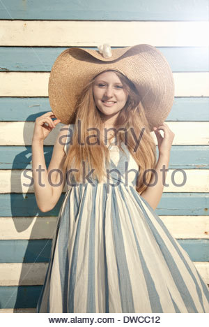 Teenage girl wearing sunhat grande Banque D'Images