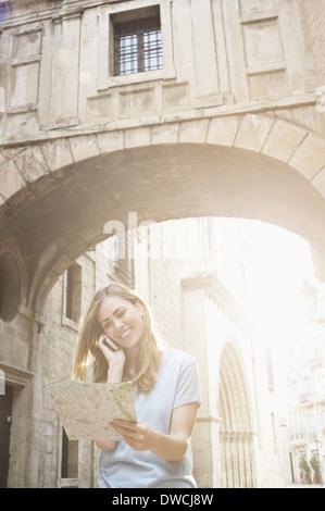 Jeune femme à la carte à l'extérieur de la cathédrale de Valence, Valence, Espagne Banque D'Images