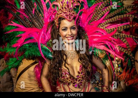 Sitges, Espagne. Mars 4th, 2014: Un reveler effectue durant le défilé du carnaval à Sitges Crédit: Matthias Rickenbach/Alamy Banque D'Images