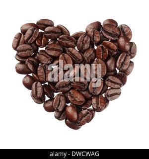 Les grains de café coeur isolé sur fond blanc close up