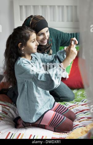 Mère et fille de photographier à la chambre Banque D'Images