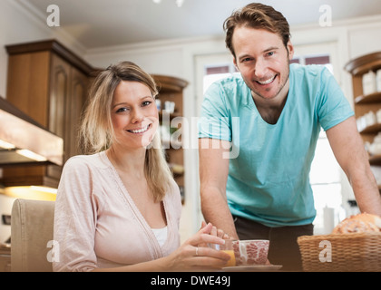 Portrait of happy young couple in kitchen Banque D'Images