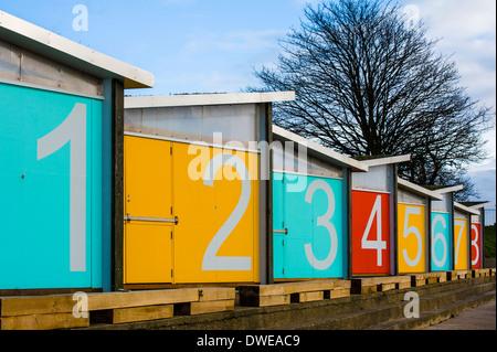Cabines de plage aux couleurs de portes. Banque D'Images