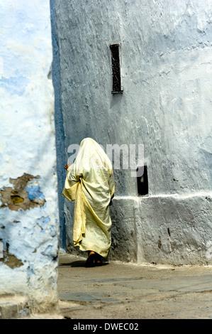 L'Afrique du Nord, Tunisie, Kairouan. Holly ville. Homme marchant dans la médina.