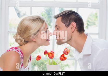 Vue latérale d'un couple romantique rubbing noses Banque D'Images