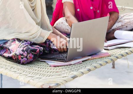 L'apprentissage des élèves des régions rurales indiennes avec laptop at home Banque D'Images