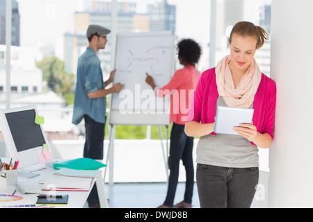 De l'artiste avec des collègues de bureau à l'arrière-plan Banque D'Images