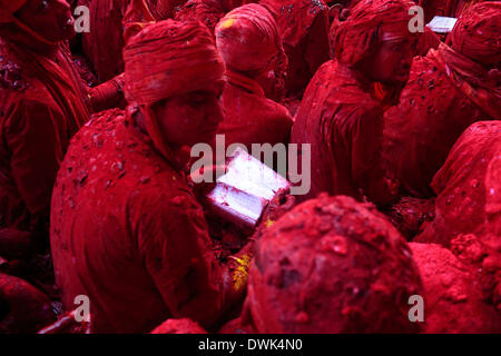 Barsana, Inde. Mar 8, 2014. Dans une vieille tradition, les hommes du village voisin de Nandgaon s'asseoir face Banque D'Images
