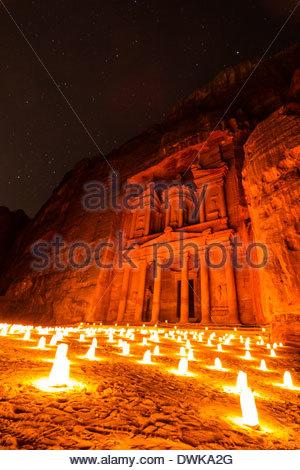 Le Conseil du Trésor à Pétra par la Lumière de bougie, Petra, Jordanie Banque D'Images