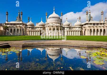 Le pavillon royal de Brighton avec réflexion, Brighton, East Sussex, Angleterre, Royaume-Uni, Europe Banque D'Images