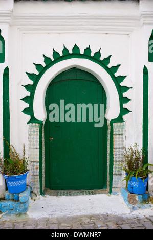 Porte dans la médina (vieille ville), Tanger (Tanger), Maroc, Afrique du Nord, Afrique Banque D'Images