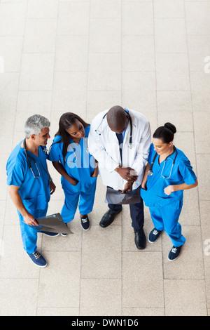 Vue aérienne de médecins à la recherche près du patient x-ray Banque D'Images