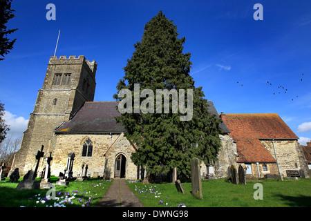 Vue générale de l'église paroissiale de Saint Michel Archange, Smarden, Kent sur une journée ensoleillée Banque D'Images