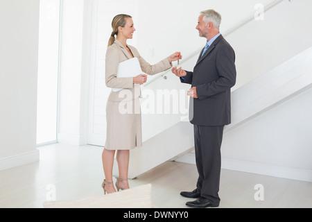 Smiling agent immobilier remise des clés au client Banque D'Images