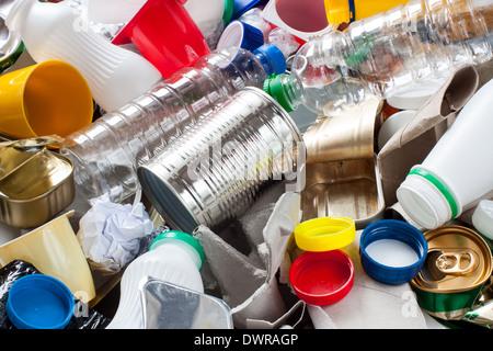 Les déchets réutilisables. Métal, plastique, papier et verre avant la séparation Banque D'Images